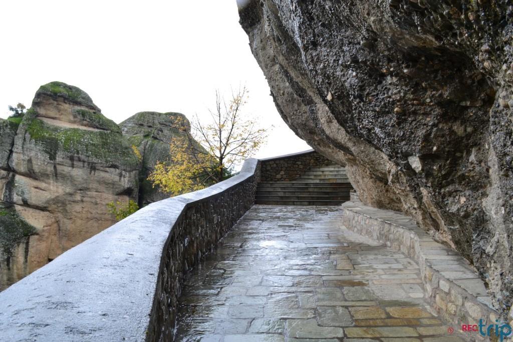 gradini per accedere ai monasteri delle meteore