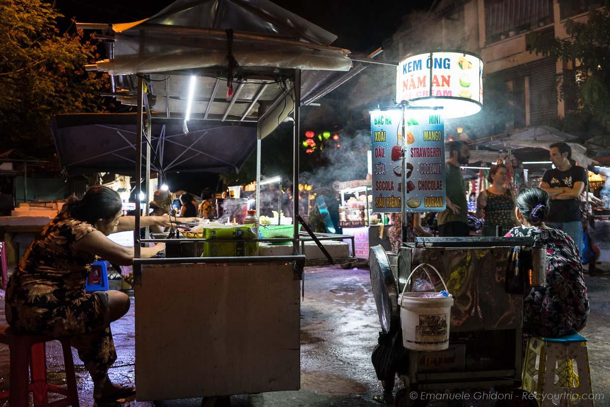il mercato serale della città delle lanterne in vietnam