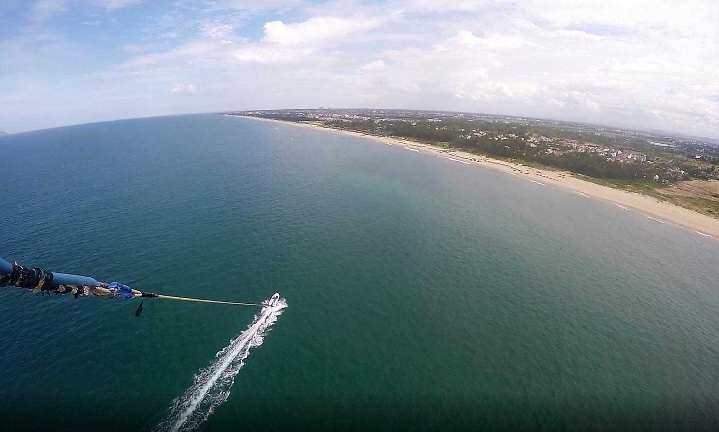 vista dall'alto sulla spiaggia di an bang facendo paragliding
