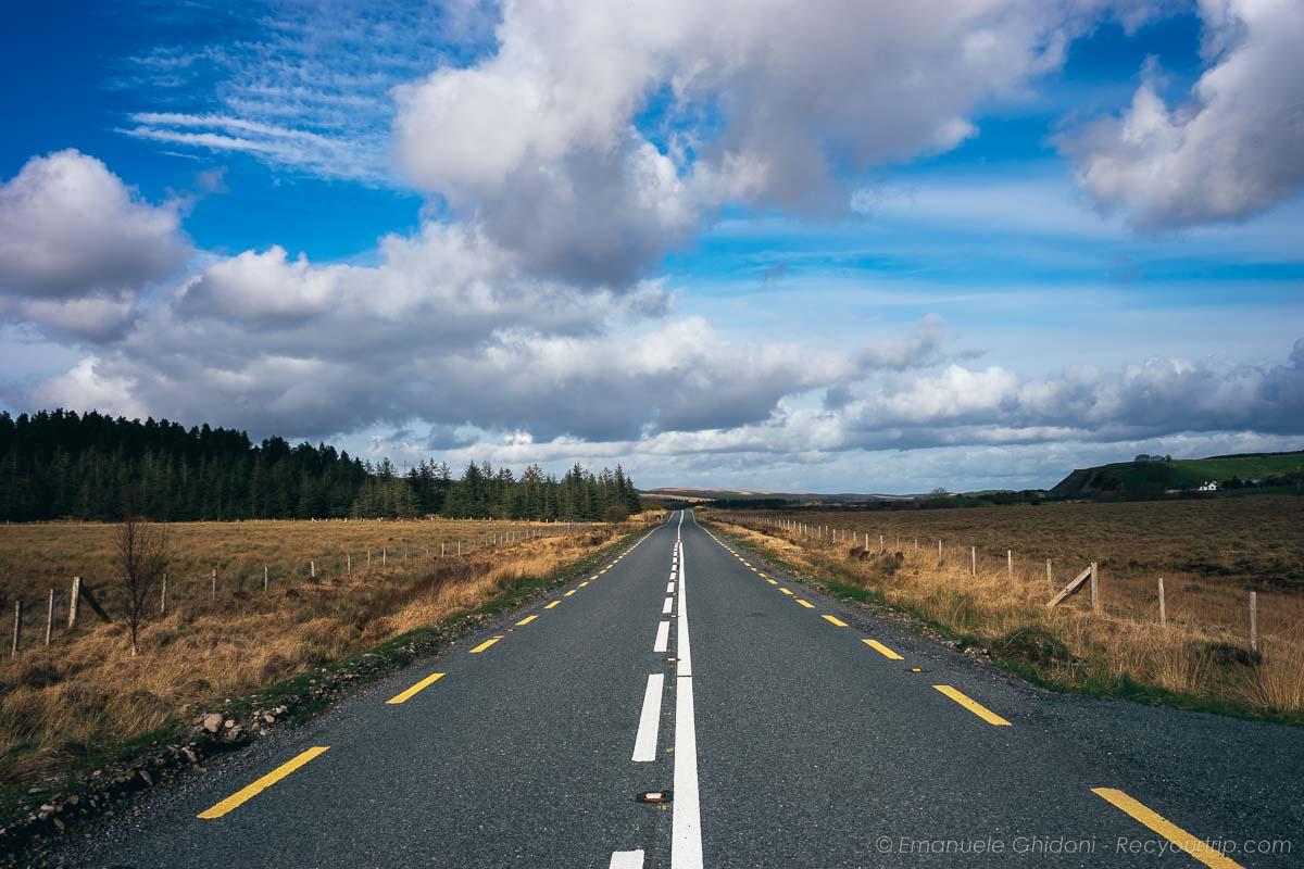 strada di un viaggio in irlanda