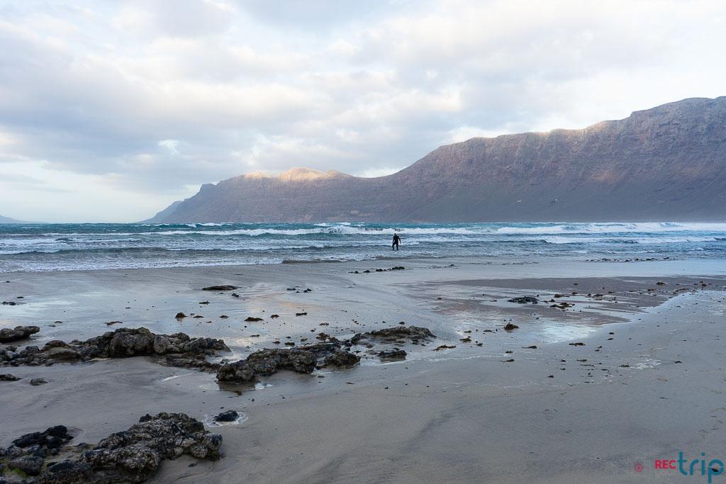 cala famara tra le spiagge più belle di lanzarote