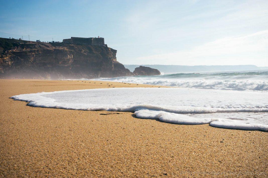 vista dalla spiaggia di nazaré portogallo