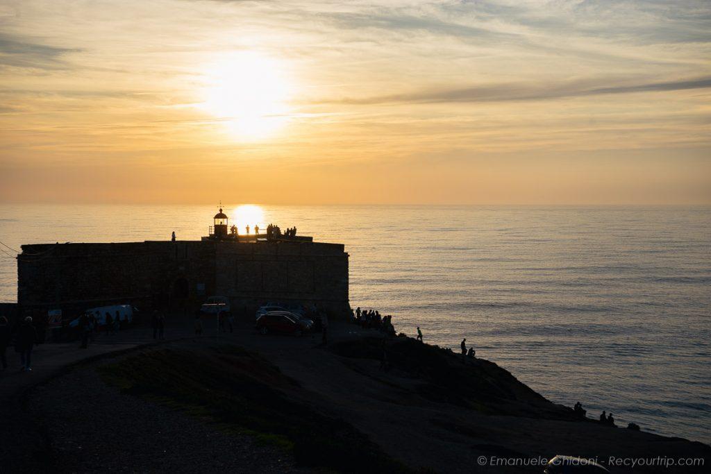un particolare del faro di Nazarè al tramonto