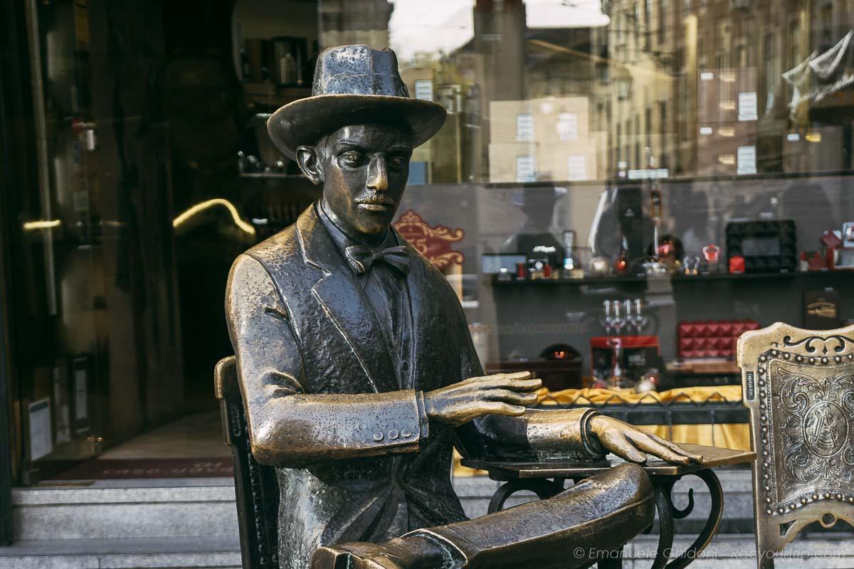statua Pessoa nel quartiere di Chiaso