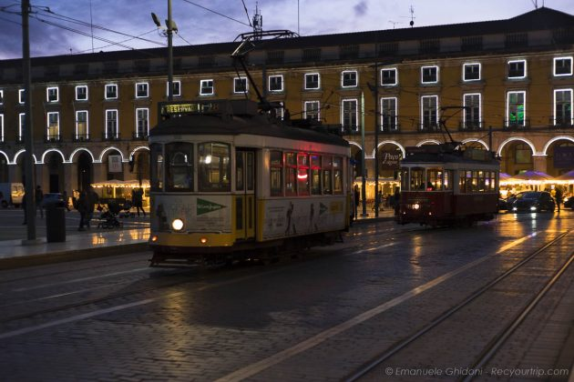 Tram in piazza del commercio di LIsbona