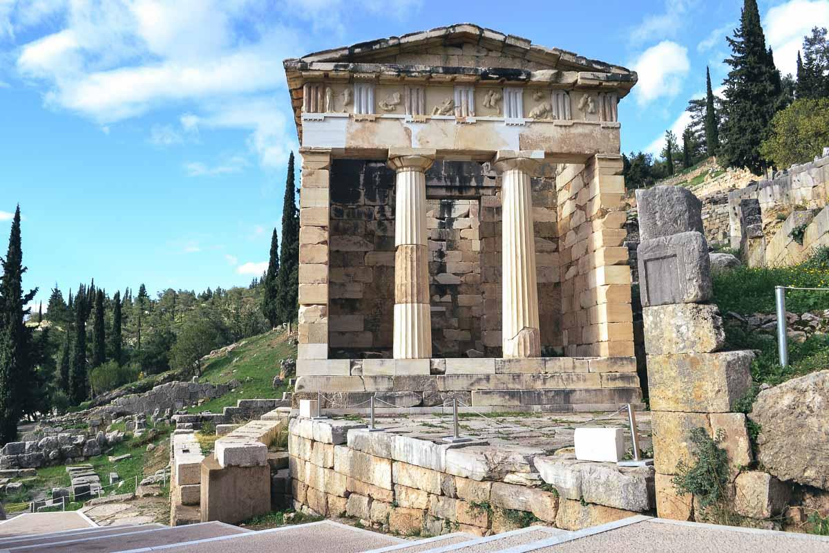 Tra i reperti del sito archeologico dell'oracolo di Delfi