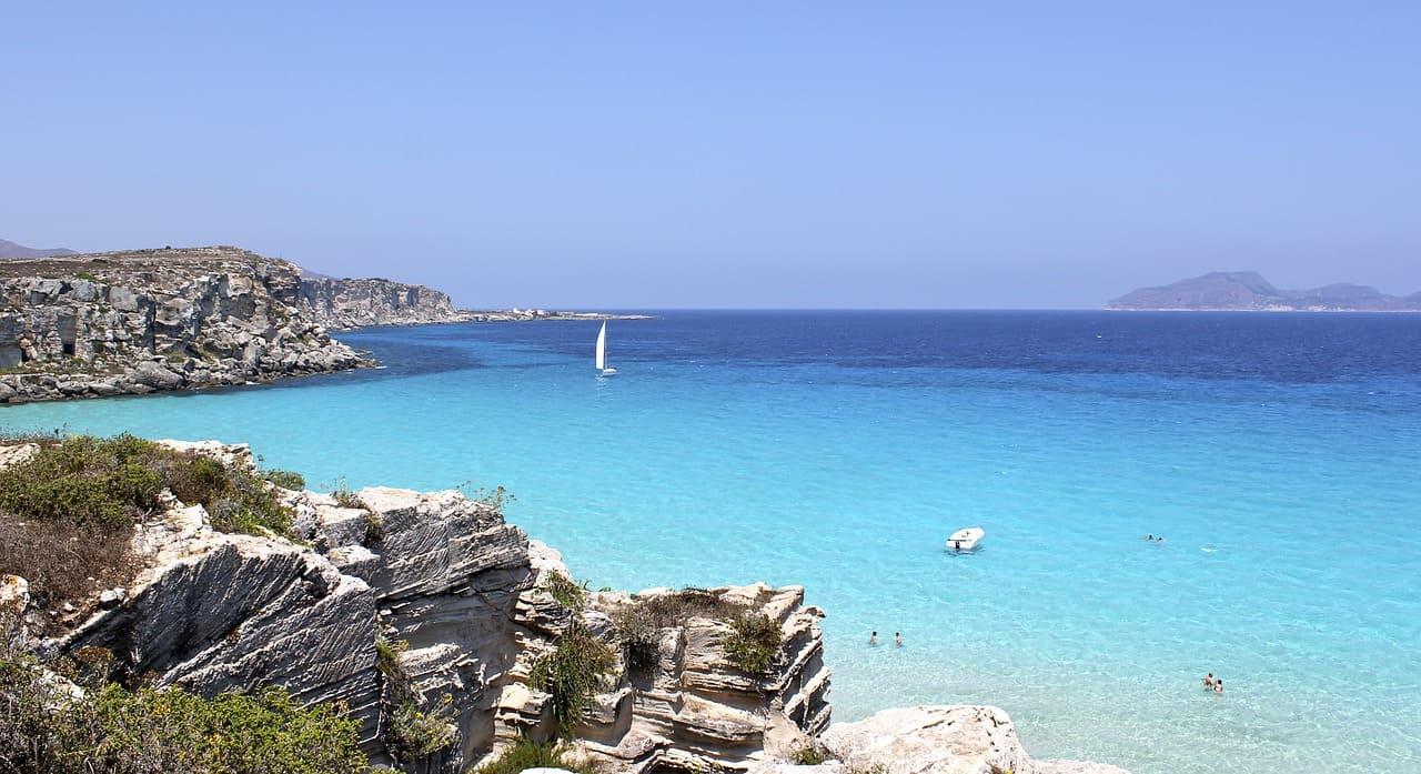 spiaggia a favignana itinerario in sicilia